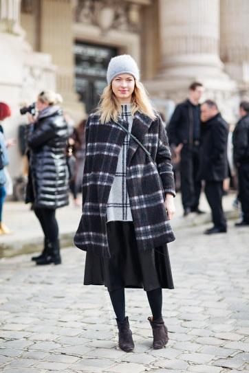 Девушка в кожаной юбке миди и пальто в клетку