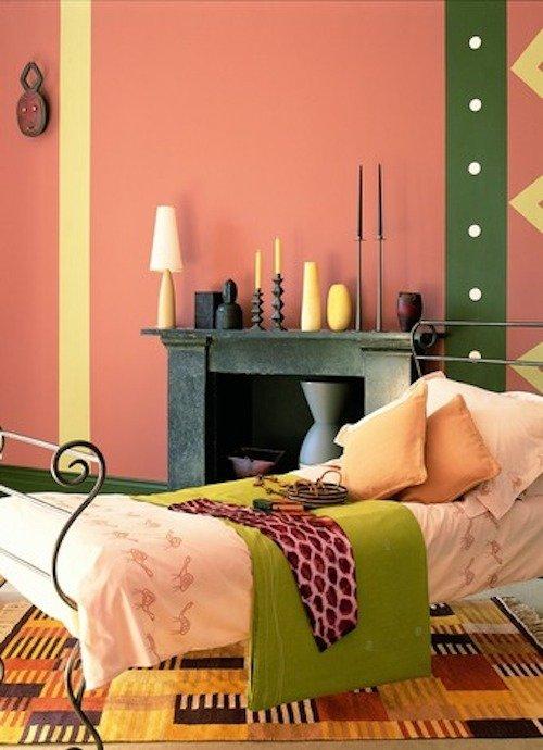 Цвет стены - персиково-розовый 42YR 43/439 из палитры красок английского бренда dulux, желтые полосы - 70YY 83/300, темно-зеленая полоса - 50GY 15/289