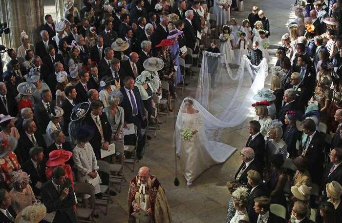 Меган Маркл идёт по коридору из приглашённых в часовне Святого Георгия в алтарю.