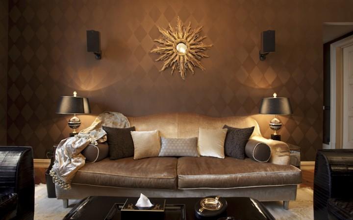 <p>Автор проекта: Юлия Маркос.</p> <p>Гостиную в темных тонах можно сделать  уютной и теплой, благодаря отделочным материалам и текстилю соответствующих золотистых оттенков.</p>