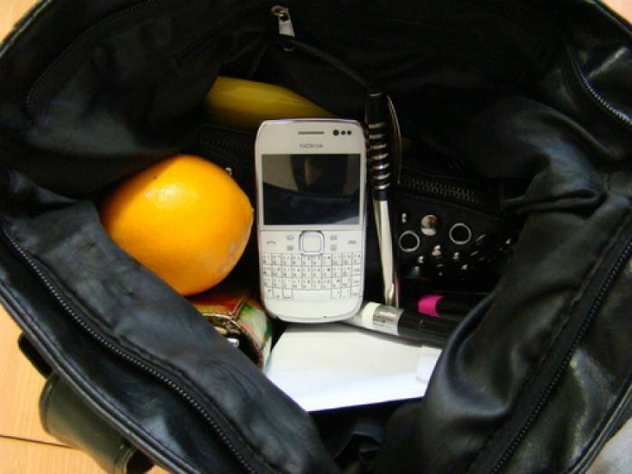 Ношение телефона в сумочке.