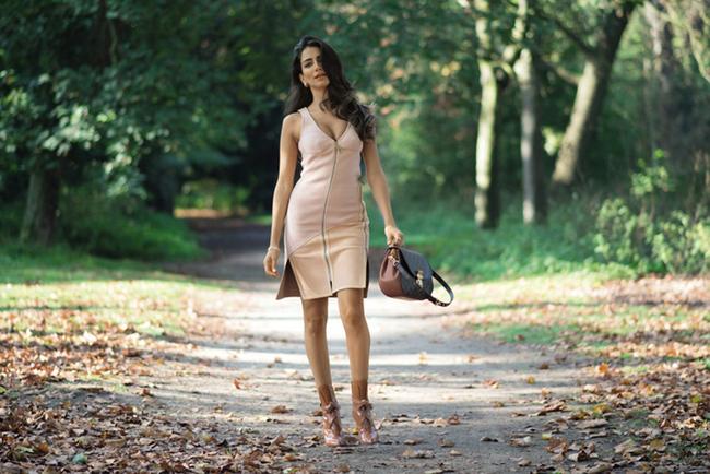 Модель Джессика Кахавати в платье Louis Vuitton на Неделе моды в Париже, 2014