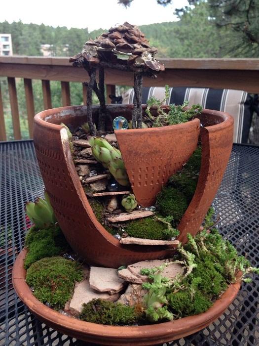 Разбитый керамический горшок можно превратить в настоящий шедевр, вложив немного труда и фантазии.