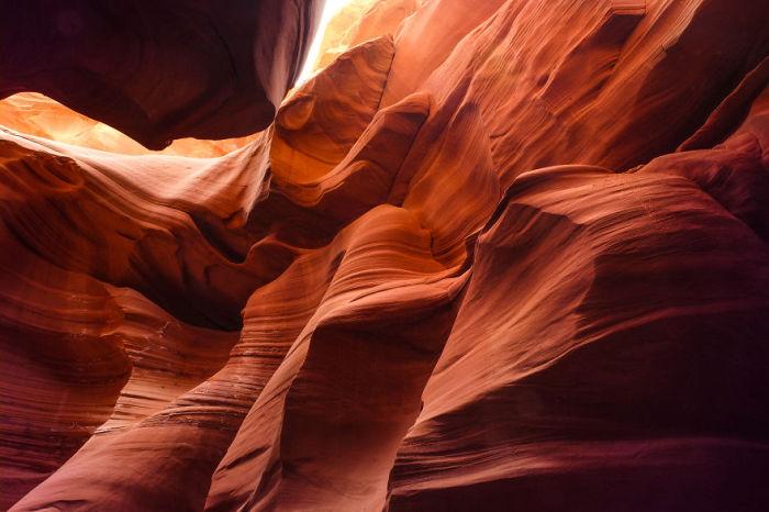 Интересное сочетание красно-рыжих стен каньона.