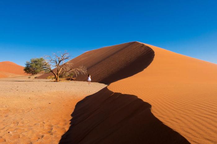 Разных размеров песчаные холмы, сотворенные не человеком.