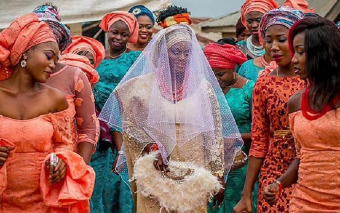 Невеста в окружении дружек.