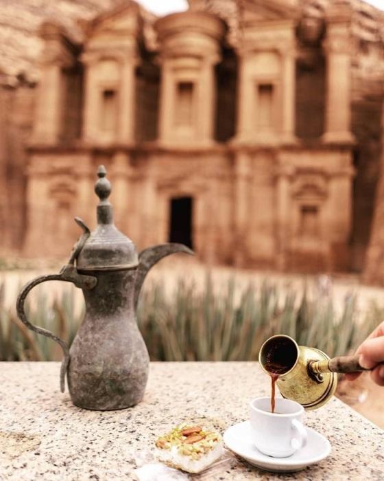 В Англии особое внимание уделяют чайным церемониям, а в Иордании — кофепитию. /Фото: miramalo.club
