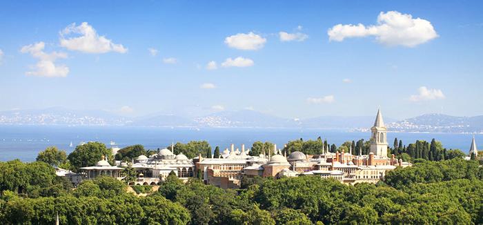 Вид на дворец Топкапы и Босфор.