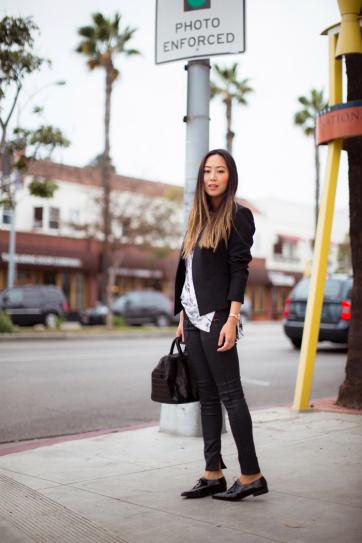 Aimee Song в черных штанах, туфлях с заостренными носками и коротком жакете