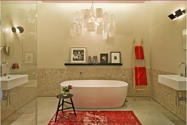 Яркий акцент в современной ванной от David Howell Design