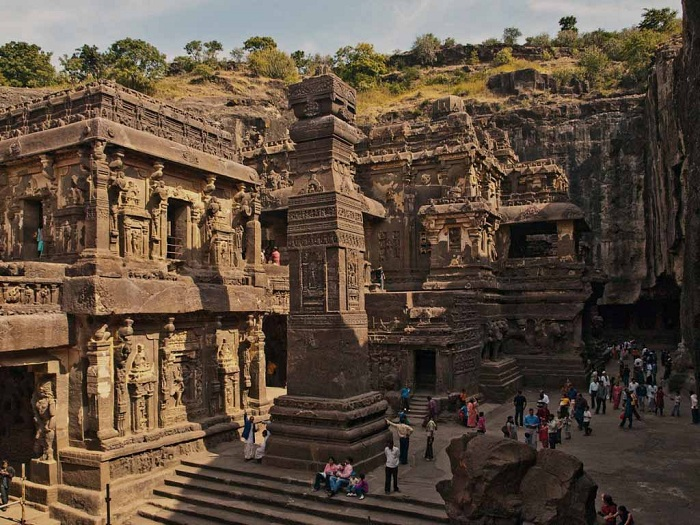 Так выглядит храм высеченный в глубине скалы (Храм Кайлаш, Индия).