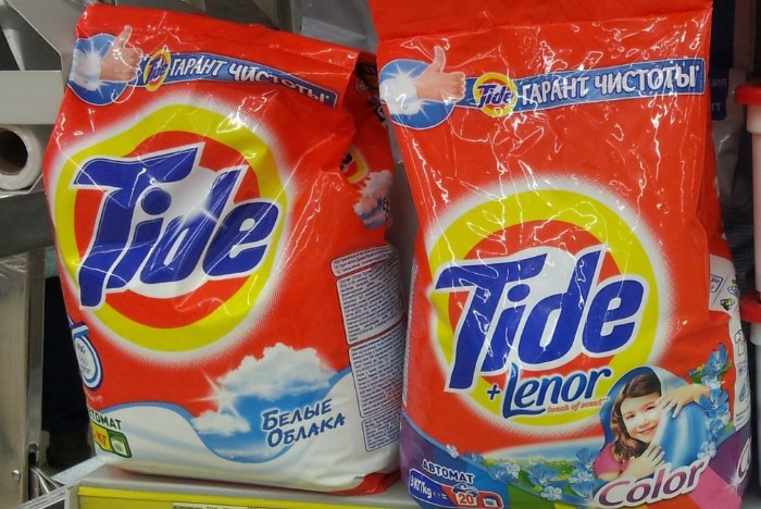Можно использовать обычный или отбеливающий порошок, а также добавлять соду / Фото: img.bigsale.com.ua