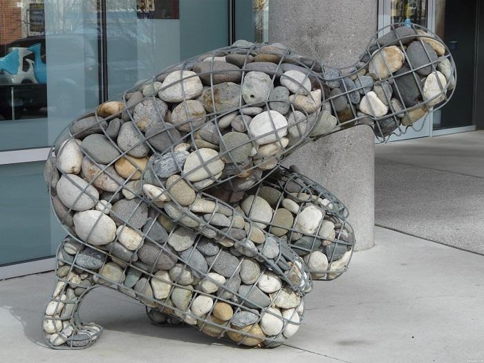 Использование габионов в скульптуре – яркий пример недорого и современного декора.
