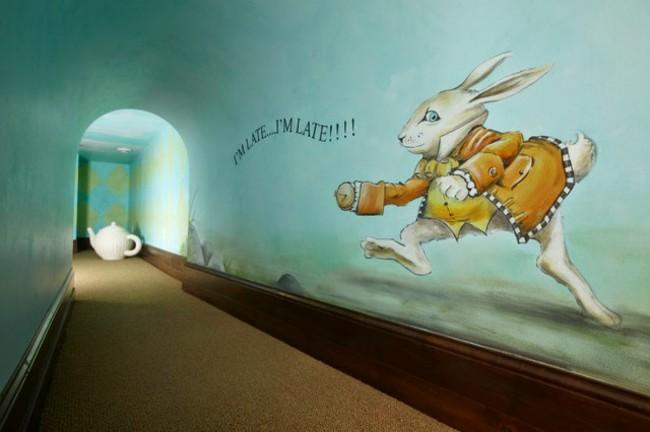 Белый кролик, который постоянно опаздывает