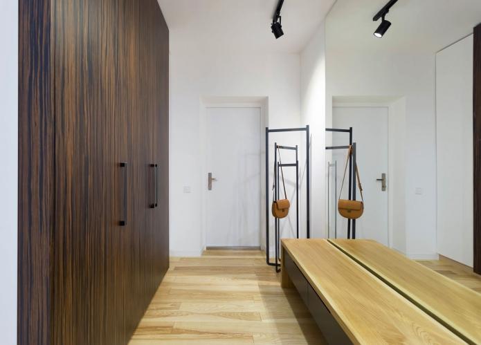 Современный интерьер прихожей с зеркалом во всю стену