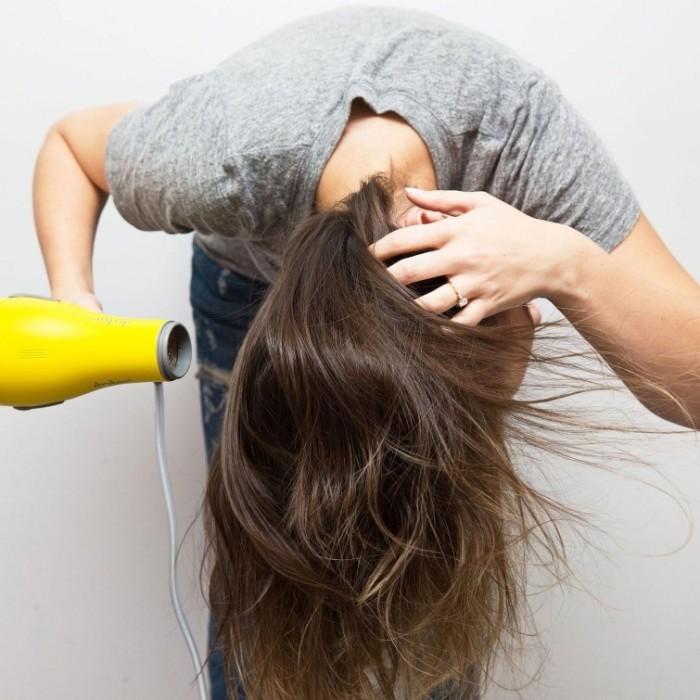 Сушка головой вниз тоже придаст объем. /Фото: cdn.fishki.net
