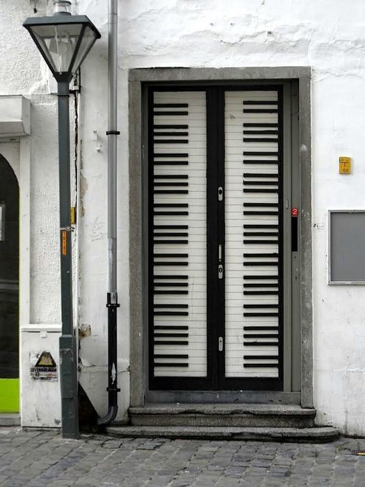 Входная дверь в виде клавиш рояля.