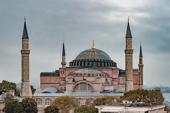 После захвата Константинополя османами Софийский собор начали превращать в мечеть с минаретами (Стамбул, Турция). | Фото: landscrona.ru.