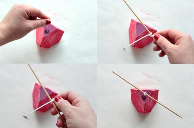 Фитиль вставляем в центр формы, крепим его к деревянному шампуру