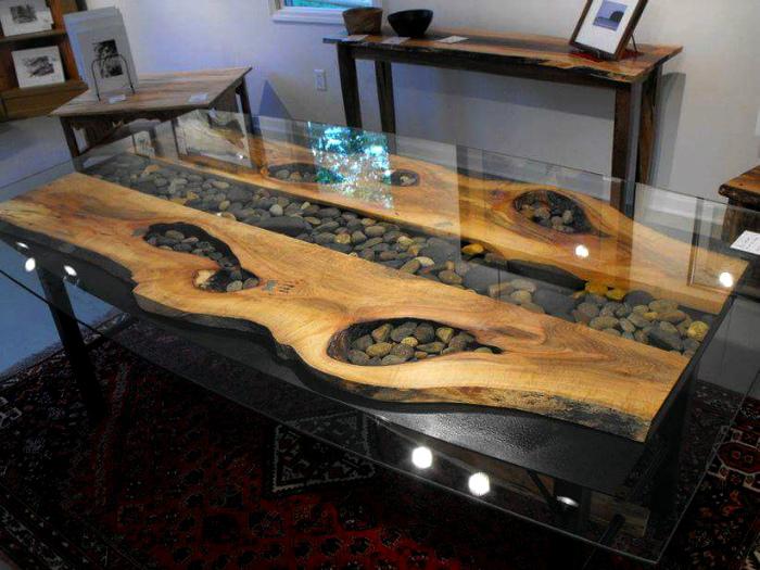 Обеденный стол из дерева, стекла и гальки.