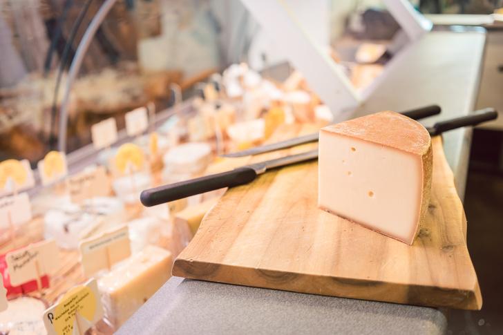 Как не нарваться на подделку и еще 6 приемов, которые научат вас разбираться в сырах