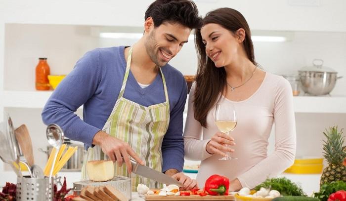 Муж готовит вместе с женой, семейный ужин.