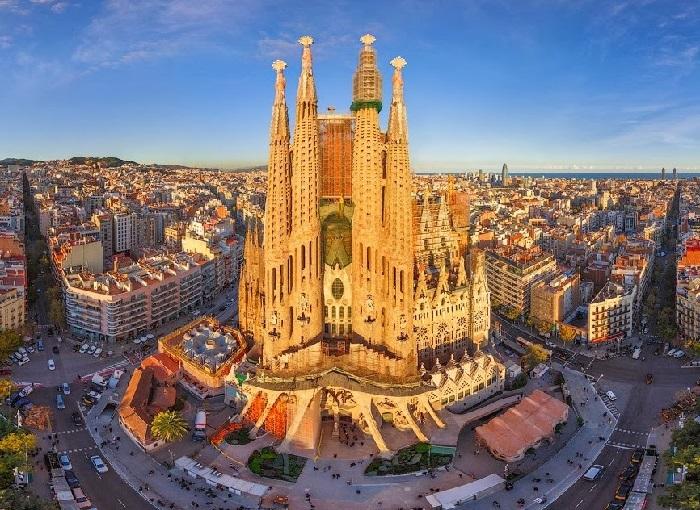 Барселона - мегаполис на берегу Средиземного моря с населением более полутора миллионов человек и второй по величине в стране.