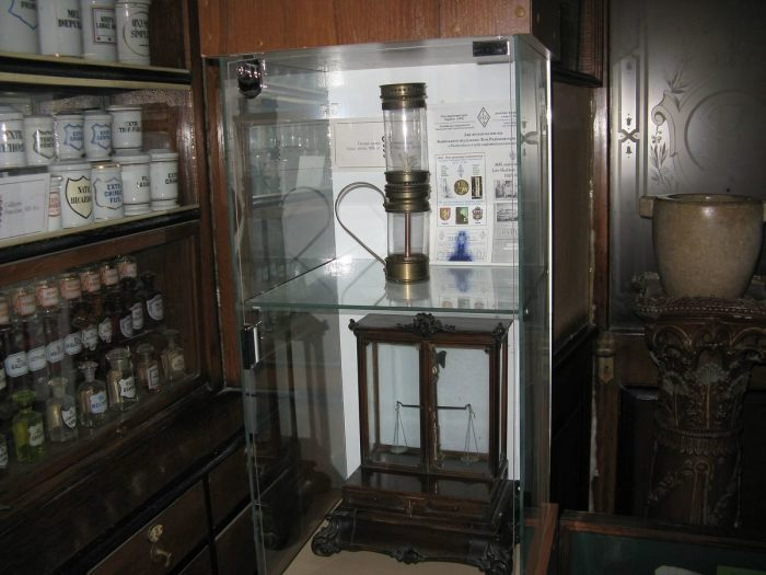 Одна из первых масляных ламп, изобретенная в Украине. / Фото: www.atlasobscura.com