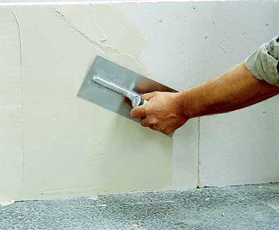 Устранение мелких трещин на стенах