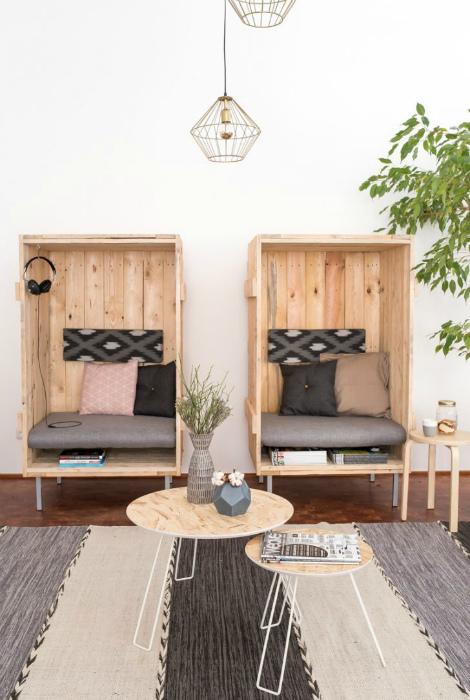 Оригинальные кресла из деревянных досок.