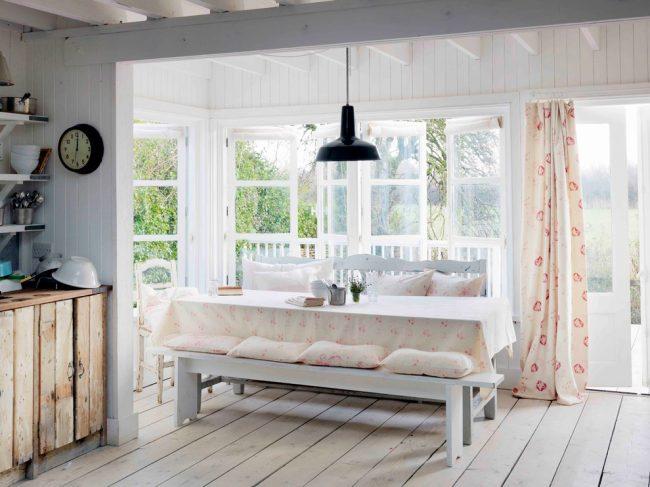 Скатерть с цветочным принтом в интерьере кухни стиля прованс