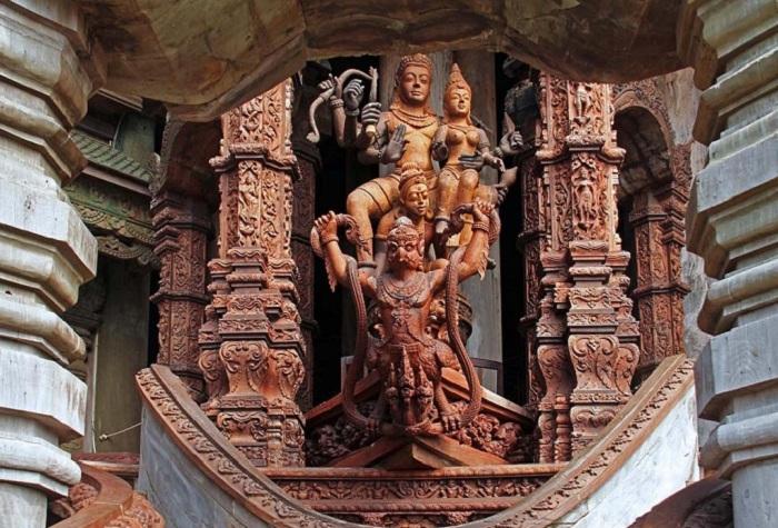 Невероятное переплетение культур и традиций (Храм истины, Таиланд).