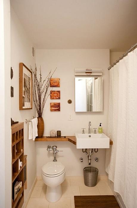 Отличное решение создать светлую обстановку в крошечной ванной комнате.
