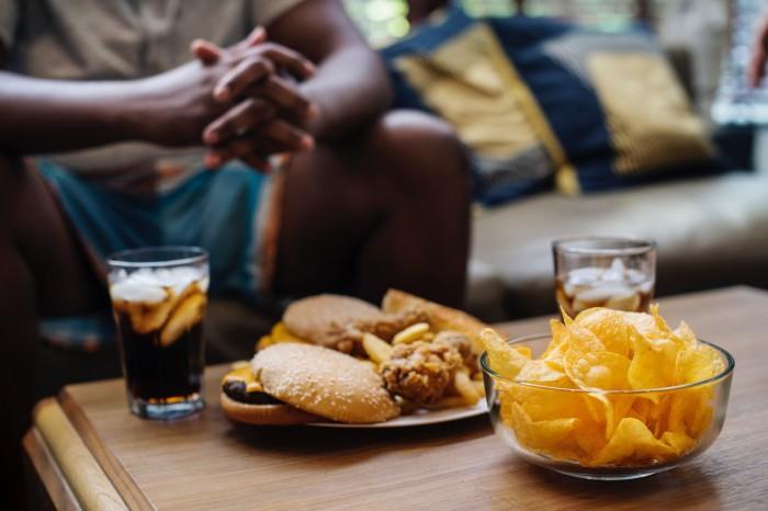 Чтобы съесть меньше еды, лучше выбирать воду, а не газированные напитки. /Фото: i0.wp.com