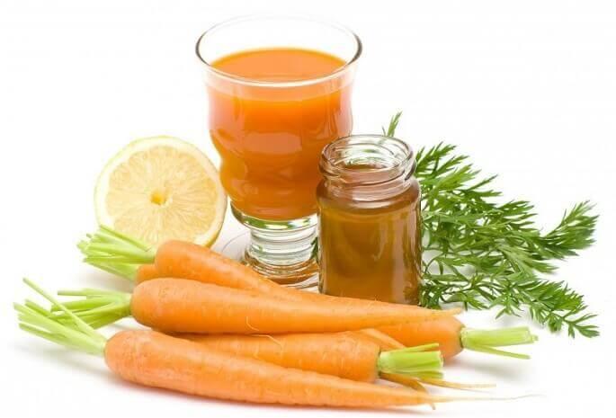 Своеобразную домашнюю микстуру можно приготовить из меда и морковного сока
