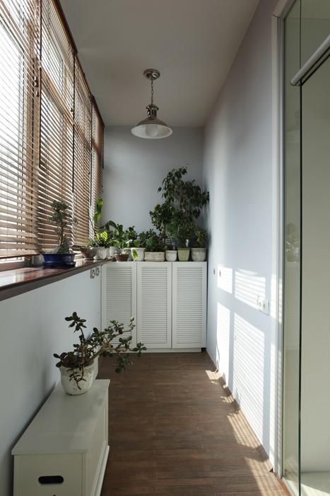 <p>Автор проекта: дизайн-студия Selva-style.</p> <p>Здесь все просто: жалюзи на окнах, жестяная дачная лампа под потолком, обилие комнатных растений в горшках.</p>