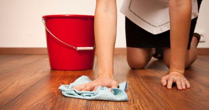 Ламинат лучше всего чистить специальными средствами.