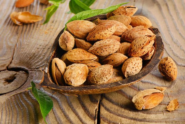 Особенно полезными для сердца являются миндаль, грецкие и кедровые орехи