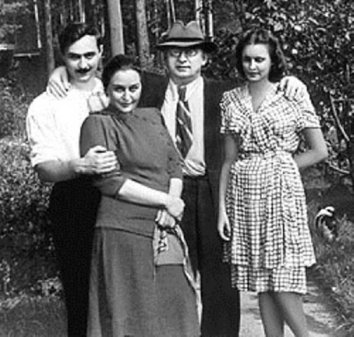 Берия с женой Ниной (слева), сыном Серго и невесткой Марфой (справа). / Фото: www.lamp.im