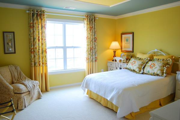 Спальня в жёлтых тонах