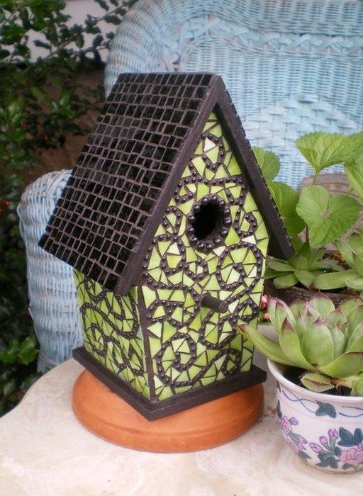 Домик для птиц, декорированный мозаикой