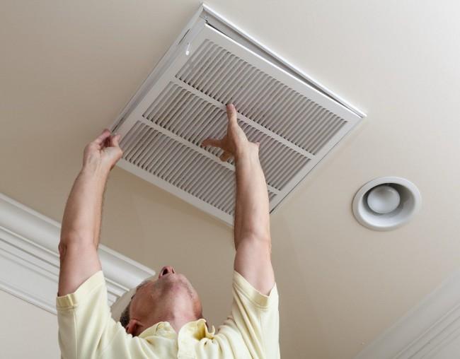 Зачастую тараканы пролезают через сливные отверстия или вентиляцию