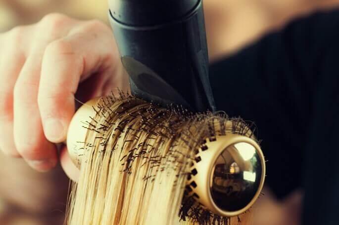почему выпадают волосы на голове у женщин причины