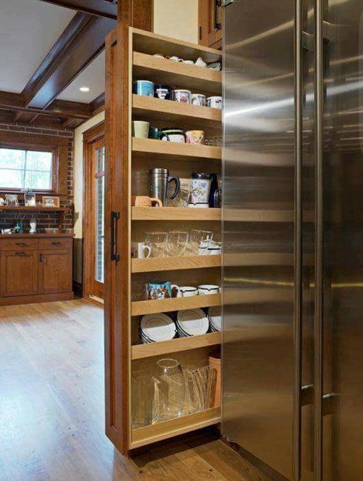 Отличным решением для кухни станет выдвижной шкаф, куда можно убрать громоздкую посуду.