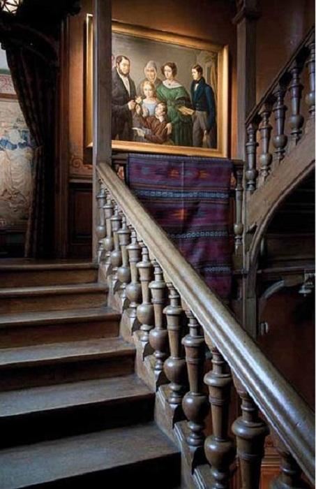 Лестница, ведущая на второй этаж, сохранила свой первозданный вид.