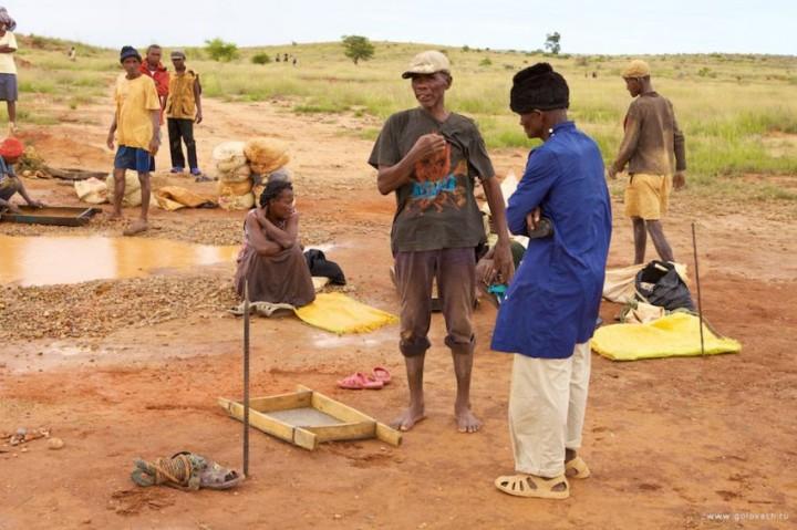 Добыча нелегальных драгоценных камней на Мадагаскаре мадагаскар, драгоценности, добыча