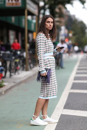 Девушка в кроссовках и спортивной юбке