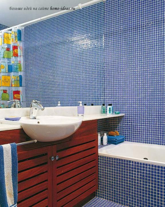 Интерьер маленькой голубой ванной