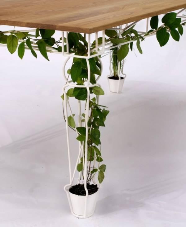 Стол с коваными ножками для вьющихся растений