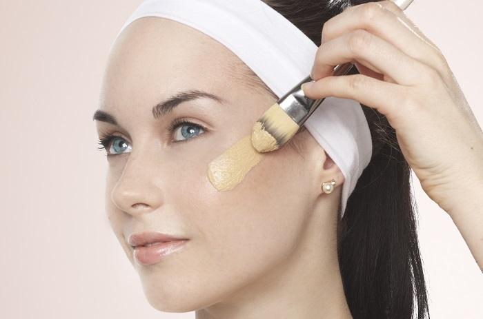 Тональный крем нужно наносить кистью для равномерного покрытия. / Фото: syl.ru